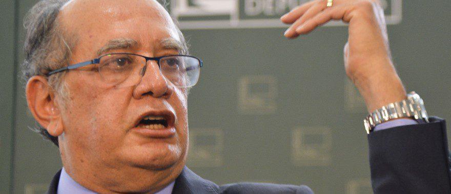 Após ser recebido pelo o presidente da Câmara dos Deputados, Eduardo Cunha,o ministro do STF Gilmar Mendes fala com a Imprensa (Antonio Cruz/Agência Brasil)