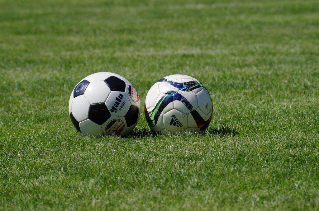 Torcer pelo seu time na arquibancada do estádio no domingo d5dd985b5aafa