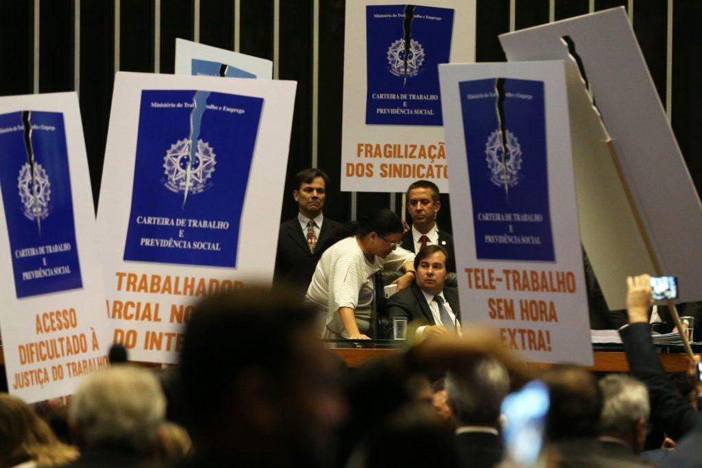 Deputados de partidos de oposição ao governo tentam adiar a votação em plenário do projeto de lei (6787/16), que trata da reforma trabalhista