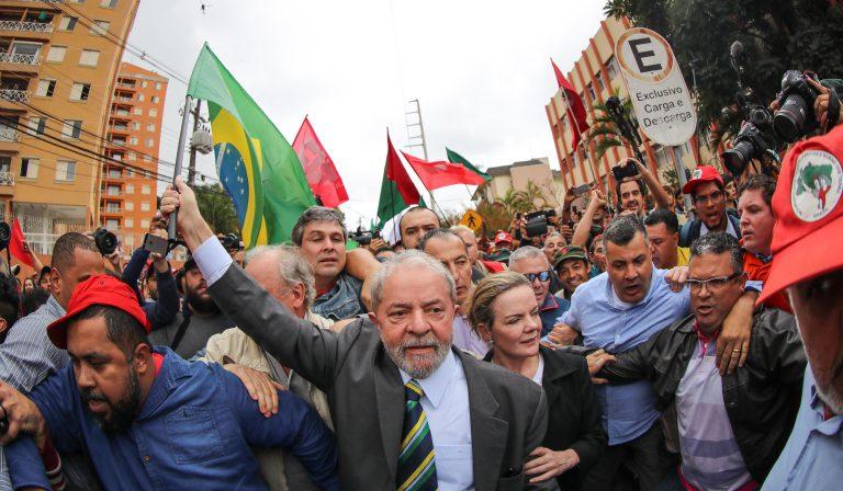 Lula está proibido de sair do país