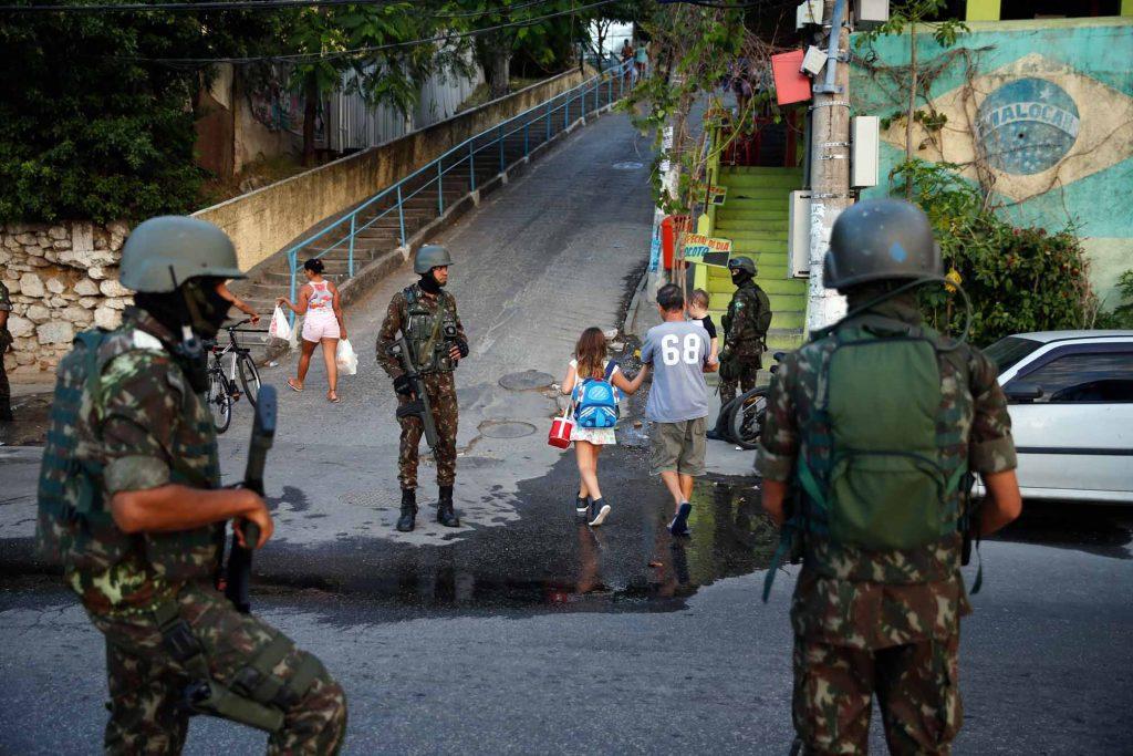 cffc7cc96d728 Militares do Exército participam de operação das forças de segurança na  comunidade do Preventório
