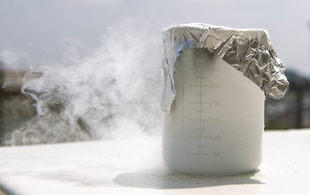 congelado, A beaker of liquid oxygen sits filled July 27, 2018, at Kadena Air Base, Japan. The 18th Logistics Readiness Squadron has the only operational cryogenic production plant in the entire U.S. Air Force. (U.S. Air Force photo by Staff Sgt. Jessica H. Smith)