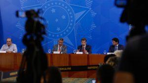 Ministro da Saúde, Nelson Teich, ao lado do ministro Braga Netto, da Casa Civil (Foto: Foto: Anderson Riedel/PR)