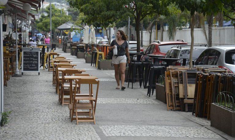 mesas vazias na calçada
